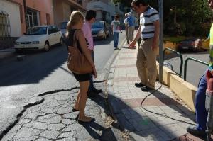 En C/ Lágrima , Cortijillo Bazán, viendo las obras necesarias en el pavimento
