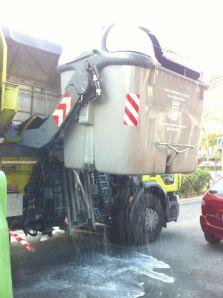 Lavado de contenedores en Ciudad Jardín para evitar malos olores con la llegada del verano